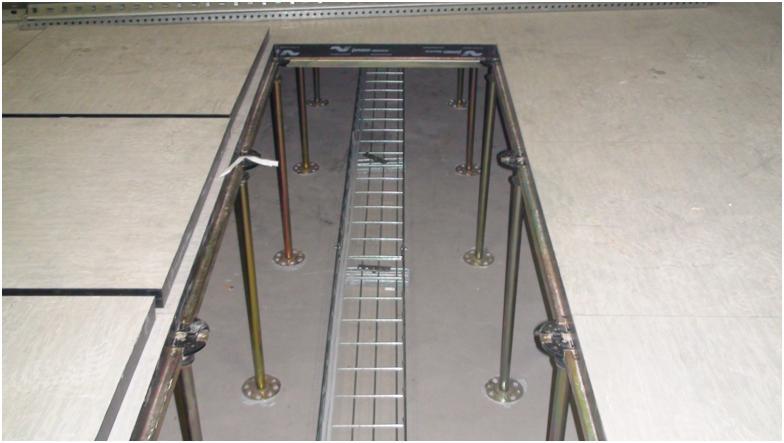 пространство фальшпола используется для прокладки кабелей