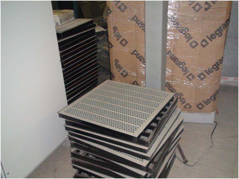 перфорированные плитки фальш-пола ожидают монтажа холодного коридора в ЦОД