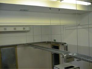 Пример установленных кабельных каналов (лотков) на серверном помещении